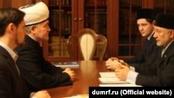 Равил Гайнетдин (сулдан икенче) Фәрит Ляпин (уңда) белән очраша, 2014 ел