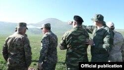 Военные атташе ряда иностранных государств во время посещения армяно-азербайджанской границы в Сюнике, 20 мая 2021 г.
