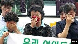 خانواده های شهروندان کره ای به گروگان گرفته شده با ارسال درخواستی احساسی به سفارت آمريکا در سئول خواستار مداخله واشينگتن برای رهايی فرزندان خود شده اند.