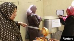 Ливиялық әйел көтерілісшілерге тамақ дайындап жатыр. Мисурата. 18 шілде. 2011