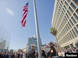 Američka zastava ispred zgrade Ambasade SAD u Havani