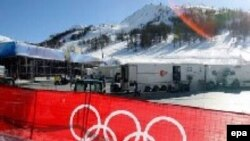 Олимпийские символы на фоне снега - прекрасный вид. Но не для того, чей дом снесут ради таких картин