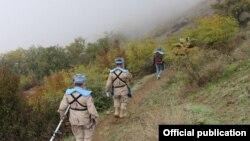 Pjesëtarët e organizatës HALO Trust gjatë punës së tyre për deminim
