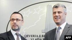Përfaqësuesi i përkohshëm i BE-së në Kosovë, Fernando Xhentilini, dhe kryeministri Hashim Thaçi gjatë konferencës me gazetarë, Prishtinë 12 maj 2011.