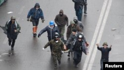 Protestuesit e bartin një person të plagosur sot në Sheshin e Pavarësisë në Kiev