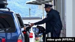 Kosovë: Policë të Kosovës në pikën kufitare në Merdare.