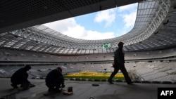 """Мәскеудегі """"Лужники"""" стадионын реконструкциялап жатқан жұмысшылар. 23 наурыз 2017 жыл."""