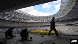 Рабочие на реконструкции стадиона Лужники в Москве. 23 марта 2017 года.