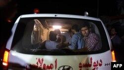 Povređeni studenti na putu ka bolnici