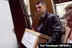 Mixail Proxorov prezident seçkisində iştirak etmək üçün topladığı imzaları MSK-ya təqdim edir, 18 yanvar 2012