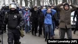 Алексей Навальныйды колдоп чыккандарды полиция алып кетүүдө. 31-январь.