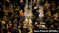 Vjernici u Hramu SPC u Podgorici