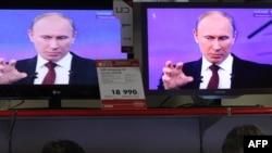 """Путин мухолифат иддаоларини рад этиб, намойишчилар рамзини """"конртацепция"""" воситасига ўхшатди."""