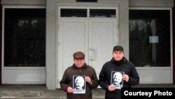 Яўген Парчынскі і Сяргей Малашэнак на ганку гарадзкога суду ў Наваполацку, 9 студзеня 2013
