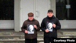 Яўген Парчынскі і Сяргей Малашэнак на ганку гарадзкога суду ў Наваполацку