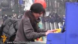 Руслана зіграла на фортепіано на барикадах у Києві