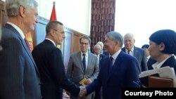 Президент Алмазбек Атамбаев АКШ Конгрессинин делегациясы менен жолукту