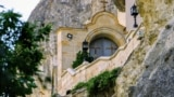 Монастырь расположен в трех километрах от Бахчисарая. Сюда можно добраться пешком, на общественном транспорте, или собственном автомобиле. Въезд на территорию монастыря бесплатный