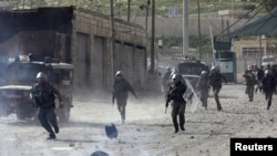 Поліція відтіснила учасників протесту, котрі кидали камінням в поліцейських. На фотографія місцевість поблизу Єрусалима, 16 березня 2010 року