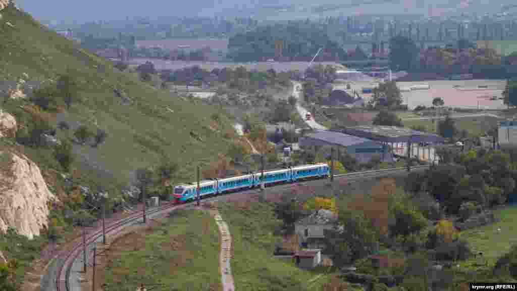 Железная дорога появилась здесь, судя по старинным открыткам, в середине XIX века. Она была первой в Крыму, по которой осуществляли транспортировку строительного камня. В 1873 году под Монастырской скалой проложили новый участок Лозово-Севастопольской железной дороги