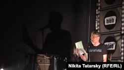 Артемий Троицкий поет в клубе HLEB