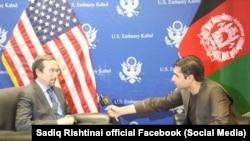 د افغانستان لپاره د امریکا سفیر جان بس (چپ) په کندهار کې په یوه ځانګړې مرکه کې د ازادي راډیو د خبریال محمد صادق رښتیني پوښتنې ځوابوي.