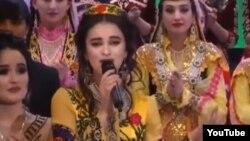 Шаҳло Ҳафизова ҳангоми иҷрои суруд дар Рӯзи милисаи тоҷик
