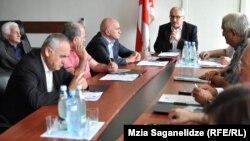 Заседание депутатов Верховного совета закрыли для журналистов: парламентарии не желали выносить на публику многочисленные внутренние разногласия, раскалывающие депутатский корпус на части
