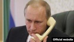 ولایمیر پوتین رئیس جمهور روسیه در جریان صحبت در تیلیفون