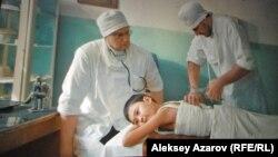 Кадр из фильма (снято с киноэкрана): герой фильма в больнице.
