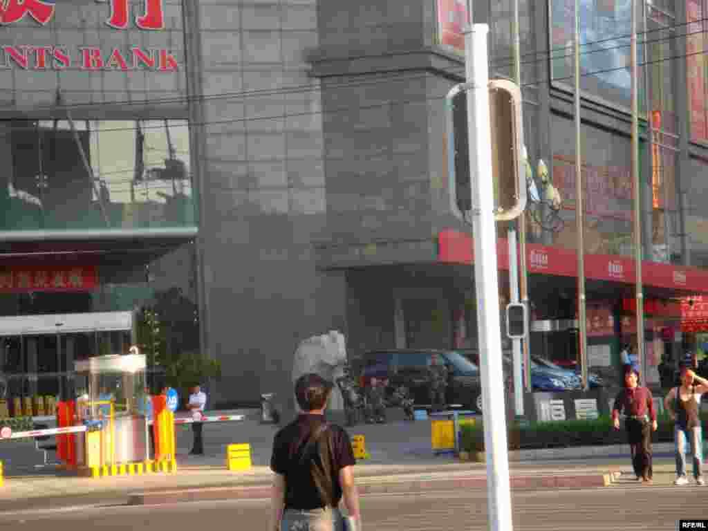 Военные установили контроль за улицей рядом со зданием одного из крупных банков в Урумчи. 11 июля 2009 года.