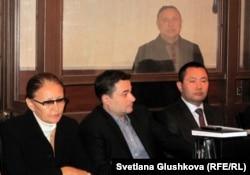 На заднем плане – на скамье подсудимых Серик Баймаганбетов, бывший председатель комитета таможенного контроля. Астана, 19 сентября 2012 года.