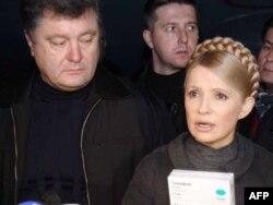 Алдыңғы қатарда: Украинаның бұрынғы премьер-министрі Юлия Тимошенко (оң жақта) мен бұрынғы сыртқы істер министрі Петр Порошенко. Киев, 2 қараша 2009 жыл.