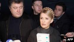 Петр Порошенко (слева) и Юлия Тимошенко. Киев, ноябрь 2009 года.