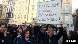 Протестувальники вимагають відставки міністра юстиції Чехії Марії Бенешової через спробу завадити кримінальному розслідуванню щодо прем'єр-міністра Чехії Андрея Бабіша