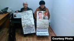 Cупруги Тарасовы проводят акцию протеста. Усть-Каменогорск, 16 ноября 2015 года.