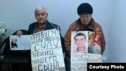 74-летний Владимир Тарасов и 70-летняя Валентина Тарасова во время акции протеста в ДВД с требованием расследовать обстоятельства гибели их сына. Усть-Каменогорск, 16 ноября 2015 года.