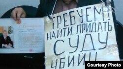 Плакаты, с которыми проводит акцию протеста Владимир Тарасов. Усть-Каменогорск, 16 ноября 2015 года.