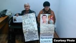 Супруги Тарасовы — 74-летний Владимир и 70-летняя Валентина, — родители погибшего 37-летнего Григория Тарасова, устраивали ранее голодовку в здании полиции. Усть-Каменогорск, 16 ноября 2015 года.