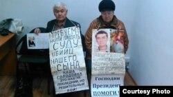 Участники акции протеста супруги Тарасовы, требующие расследовать обстоятельства смерти их сына. Усть-Каменогорск, 16 ноября 2015 года.