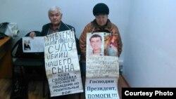 37 жасында қаза тапқан Григорий Тарасовтың әке-шешесі - Владимир (74 жаста) мен Валентина (70 жаста) Тарасовтар полиция ғимараты алдында аштық жариялап отыр. Өскемен, 16 қараша 2015 жыл.
