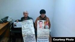 74-летний Владимир Тарасов и 70-летняя Валентина Тарасова, родители погибшего 39-летнего Григория Тарасова, во время акции протеста в ДВД. Усть-Каменогорск, 16 ноября 2015 года.