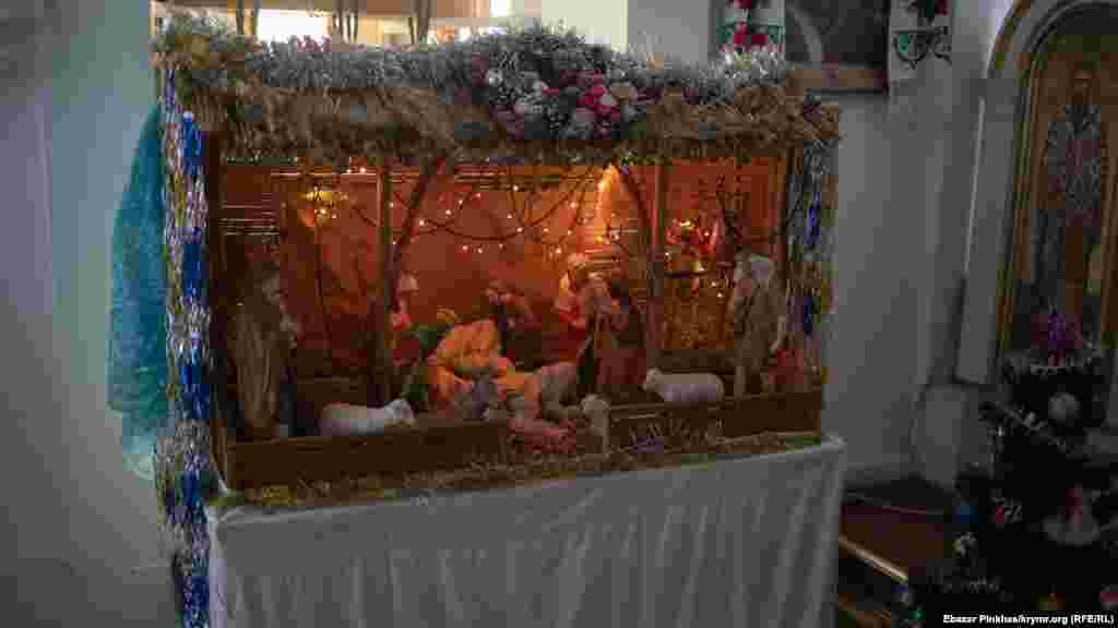 Вертеп у будівлі церкви традиційно виставляють на різдвяні свята