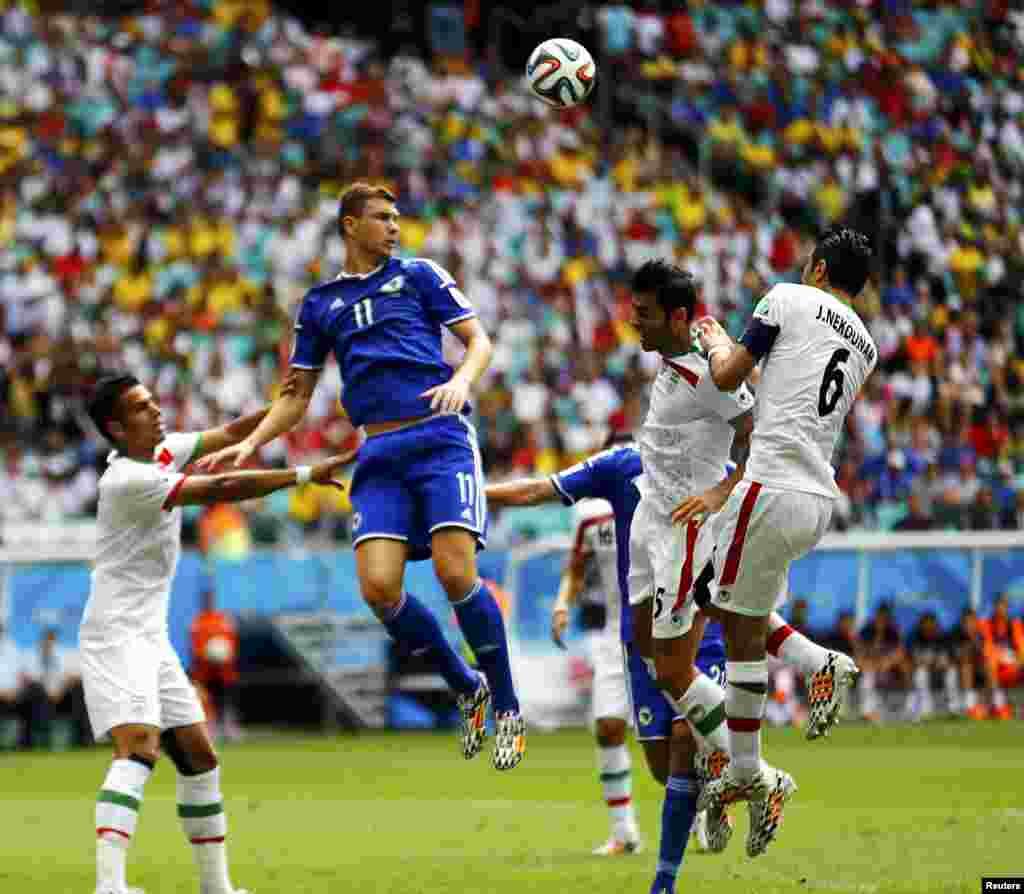Bosniya və Herseqovina-İran – 3:1. Bosniyalı hücumçu Edin Dzeko topa tullanır.