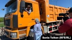 Съемка на блокпосту во время опроса специалистом водителя грузовика. Нур-Cултан, 5 мая 2020 года.