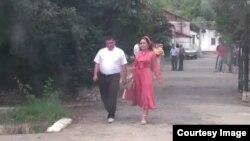 «Биримдик» партиясынын штабынан чыгап бараткан Түштүк аймагы боюнча маданий борборунун жетекчиси Асан Мансуров жана жубайы Самара Каримова.
