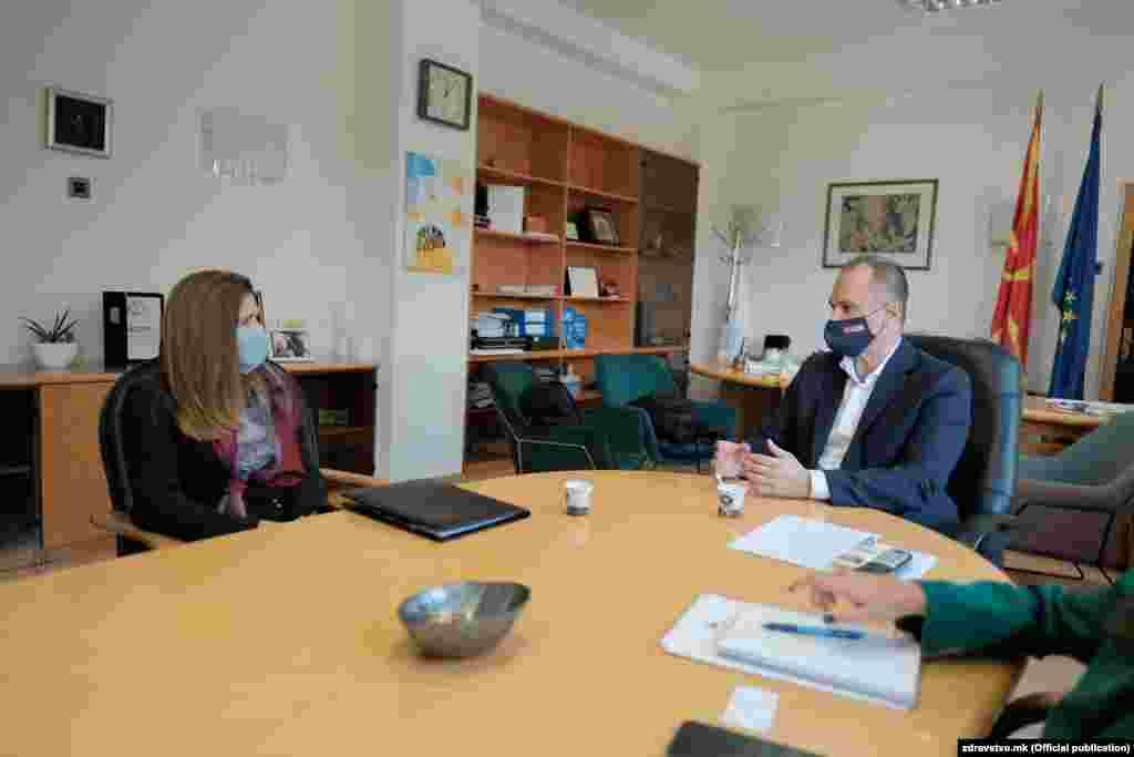 СЕВЕРНА МАКЕДОНИЈА - Соединетите Држави сериозно придонесуваат во зајакнување на нашиот здравствен систем, вели министерот за здравство Венко Филипче на денешната средба со амбасадорката на САД во Република Северна Македонија, Кејт Мари Брнс. Филипче се заблагодарил за континуираната поддршка во унапредување на здравствената заштита и успешно справување со коронавирусот во нашата држава.