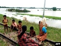 Индийские крестьяне, бегущие от разлива Брахмапутры