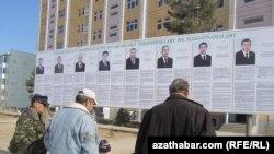Türkmənistanda prezident seçkisi üçün təşviqat plakatları.