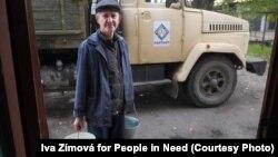 Иллюстрационное фото: люди набирают воду в селе Еленовка на неподконтрольной территории, за 25 километров от Донецка